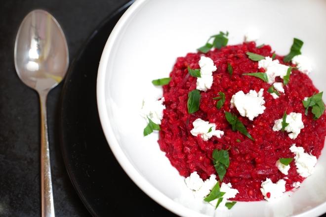 Ječmenova rižota z rdečo peso