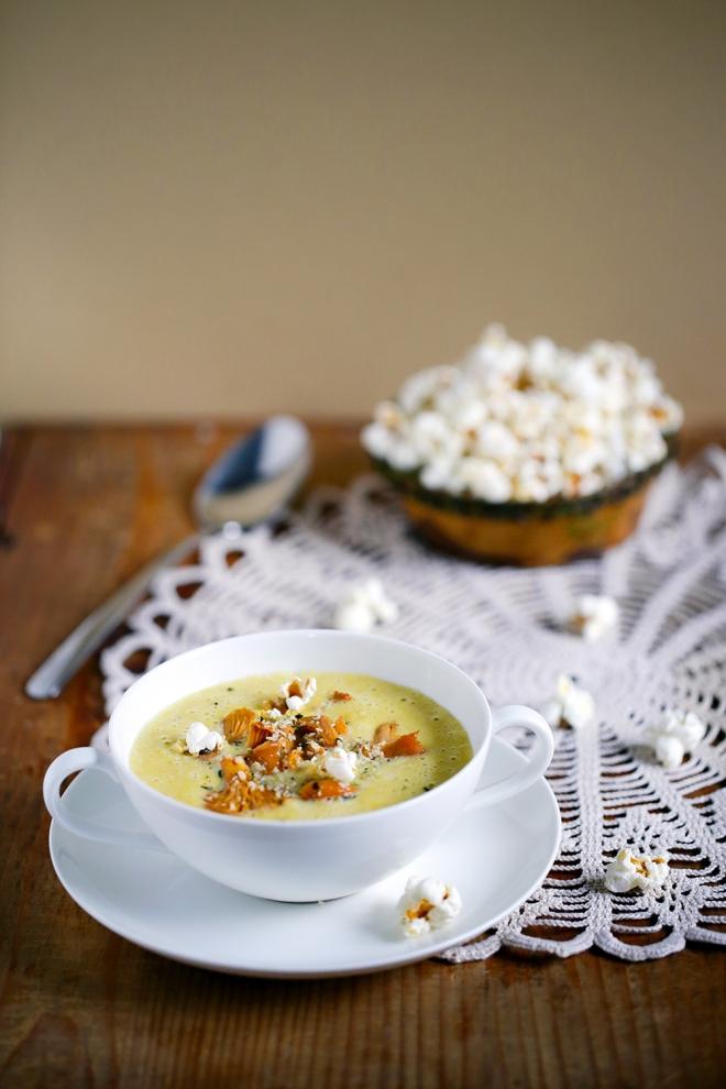 Koruzna juha z lisičkami in kokicami